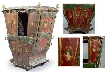 Chaise à porteurs à décor redoré et relaqué polychrome orné de portraits dans des médaillons retenus par des noeuds de ruban et de volutes dans des réserves En partie de la fin du XVIIIe siècle (éclats, manques, restaurations) 161,5 cm x 130 cm x 80 cm
