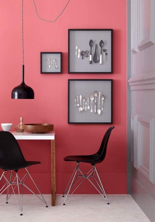 wohnen mit farben wandfarbe rot blau gr n und grau wand in korallenrot wands pink and. Black Bedroom Furniture Sets. Home Design Ideas