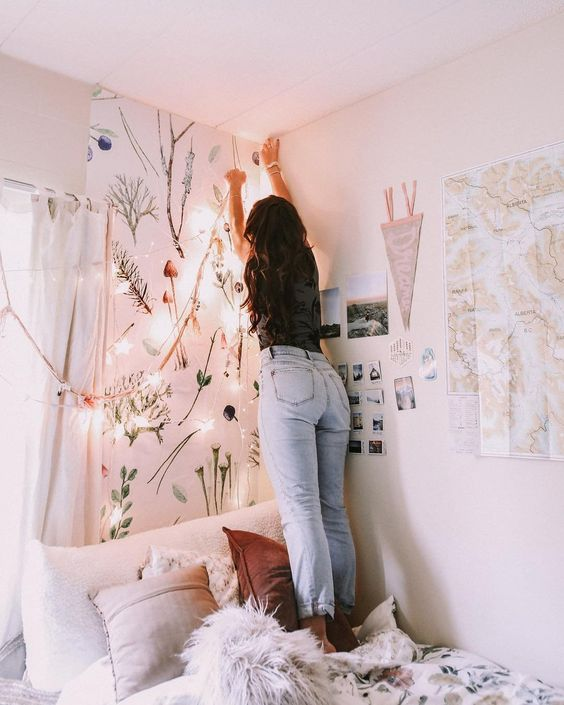 BEDROOM INSPIRATION AND IDEAS | SOYVIRGO.COM GIRL HANGING FAIRY LIGHTS IN ROOM