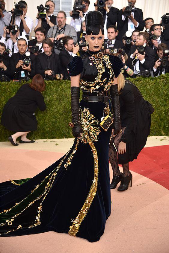 Uau! Katy Perry gótica suave de Prada - e tem um tamagochi pendurado no look! Risos!: