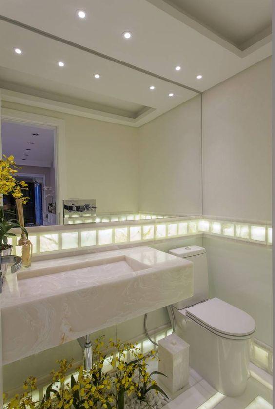 Lavabo com bancada, piso e parede com ônix iluminado + jardim lindo