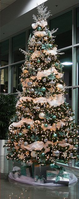 Such a beautiful tree love the use of garland and the for Christmas tree color schemes
