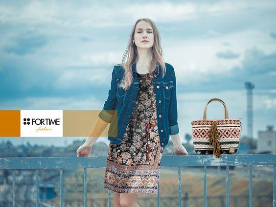 Vestido con print floral y bolso con flecos y motivos étnicos de FOR TIME