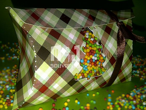 Caja para dulces Modelo: almohada Materiales : cartulina, acetato