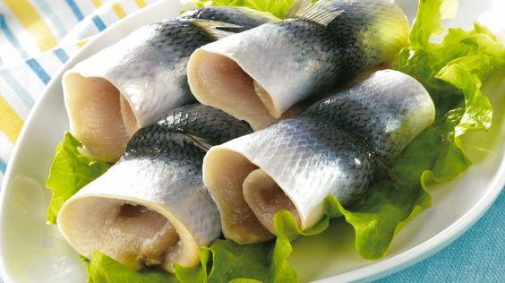 Der Hering, bekannt zum Beispiel als Rollmops, kommt mit beinahe zwei Prozent auf einen annähernd so hohen Omega-3-Anteil wie Lachs.