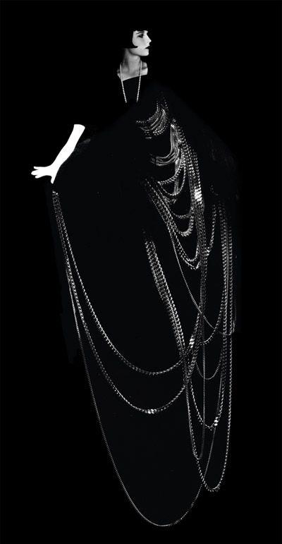 Los accesorios se convirtieron en una parte muy importante del vestir. Por lo general consistía en piezas de joyas de Art Deco, con muchas capas de collares de perlas. Foto: Louise Brooks:
