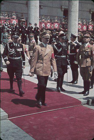 Hitler leaving Haus der Kunst during the 1939 Day of German Art.