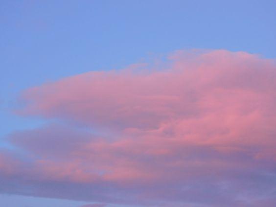 Eine riesige rosa Wolke erschien mir heute am Himmel, Zeichen der Hoffnung, des Friedens und Freude. Wahrscheinlich ist dies die Farbe der himmlischen Liebe. Jedenfalls - ein Geschenk von Oben ...