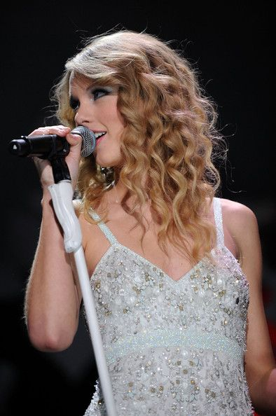 Taylor Swift performs at the 2009 Z100's Jingle Ball with John Mayer