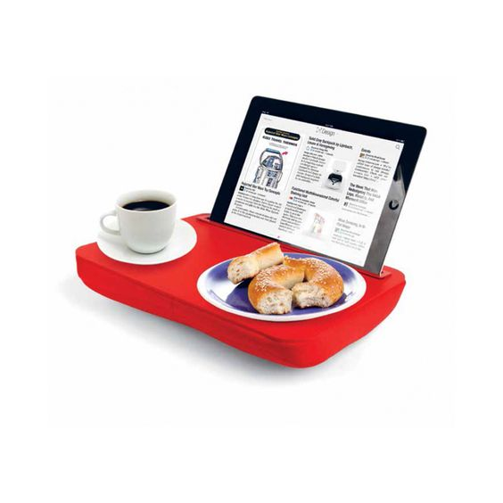 Lap-desk di Traiding Group in vendita da Moroni Gomma è un cuscino/vassoio in cui è possibile inserire il Tablet che permette di fare colazione guardando lo schermo.