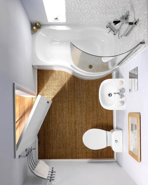 Vue de dessus d'une petite salle de bain avec baignoire.   34 Idées De Petites Salles de Bains : http://www.homelisty.com/petite-salle-de-bain-34-photos-idees-inspirations/