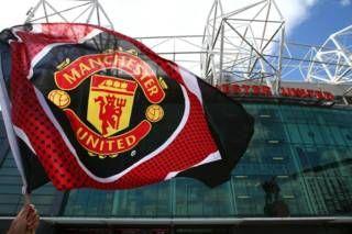"""Image copyright                  Getty                  Image caption                     Manchester United es el equipo con más títulos en la máxima división del fútbol inglés y uno de los más populares del planeta.   El llamado """"Teatro de los Sueños"""" se convirtió en el """"Teatro del absurdo"""". Eso fue lo que ocurrió este domingo en una de la catedrales del fútbol en el mundo, el estadio Old Trafford de Manchester United, cu"""