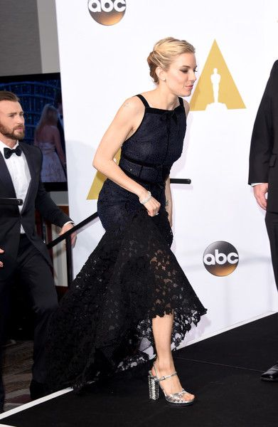 Sienna Miller in Oscar de la Renta dress - 2015 Academy Awards Press Room.  (February 22, 2015)