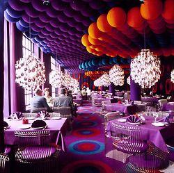 verner panton.    Em 1960, o arquiteto foi convidado a projetar os interiores do hotel e restaurante Astoria, na Noruega. Panton elegeu as estampas Geometry I to IV, criadas por ele, para cobrir pisos, tetos e paredes, gerando um inusitado efeito óptico. Os pendentes Topan e as poltronas Panton Cone e Heart Cone também levam sua assinatura.
