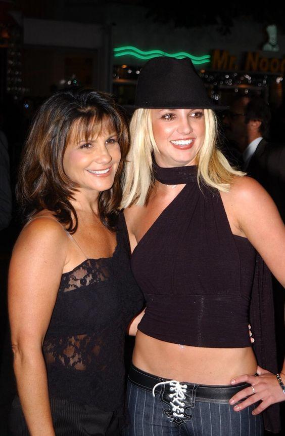 Pin for Later: Une Maman, S'est Sacré – Même Pour les Stars Britney Spears Britney Spears et sa maman, Lynne, à l'avant première du film Four Feathers en Septembre 2002.