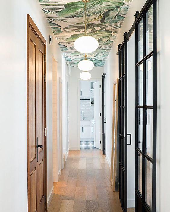 """Estudio Sofia Ruiz Interiores on Instagram: """"Resolvimos este corredor de entrada revistiendo el techo con un empapelado diseñado a medida y dividiendo los ambientes con puertas de…"""""""