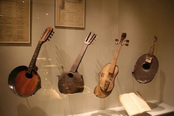 Un jouet et plusieurs instruments de musique fabriqués par les