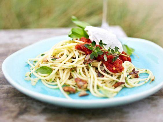 Unser beliebtes Rezept für Knoblauchspaghetti mit Robiola und Basilikumtomaten und mehr als 55.000 weitere kostenlose Rezepte auf LECKER.de.