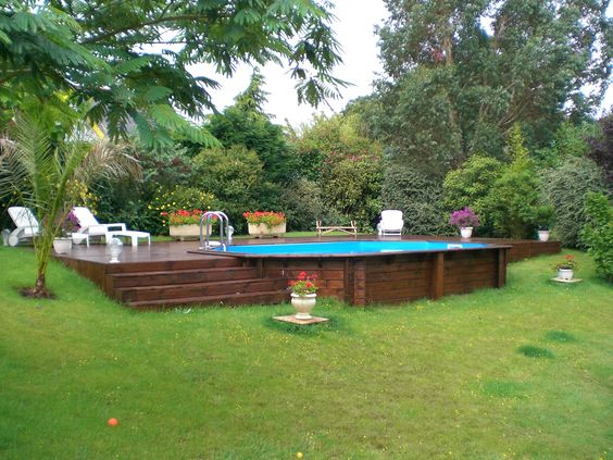 Piscine hors sol en bois semi enterr e sur terrain en for Destockage piscine bois semi enterree