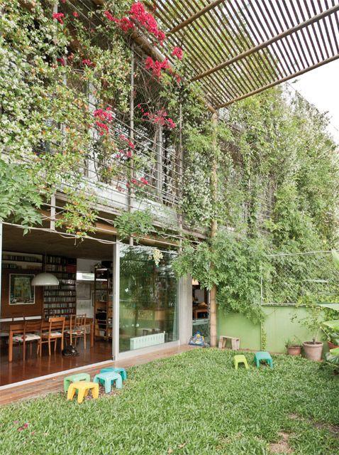 Departamento de dos plantas con jardín integrado al living comedor. Edificio Vilela en Núñez.