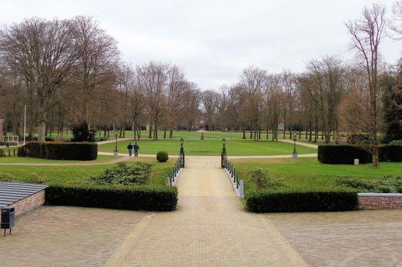 Het grote gazon voor het huis en het door paden omgeven gazon voor het mausoleum ten noorden van het huis dragen het stempel van de tuinarchitect Hugo Poortman.