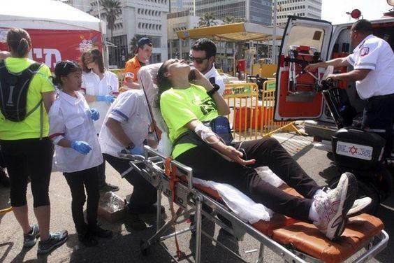 Água tem que ser antes, durante e depois do exercício! Olha o que aconteceu durante uma meia maratona em Israel: um morto e diversos hospitalizados com insolação! (Foto: Roni Schutzer/Associated Press)  http://br.esporteinterativo.yahoo.com/noticias/corredor-morre-12-s%C3%A3o-internados-durante-meia-maratona-130210337--spt.html#