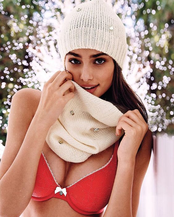 FREE HAT & SCARF SET WHEN YOU BUY 2 BRAS (IN STORES ONLY) Nov. 39 2015. #victoriassecret #victoriassecretangel #thenewesangels #taylorhill #vswear #scarf #hat #vs #vsbra #sweaterweather