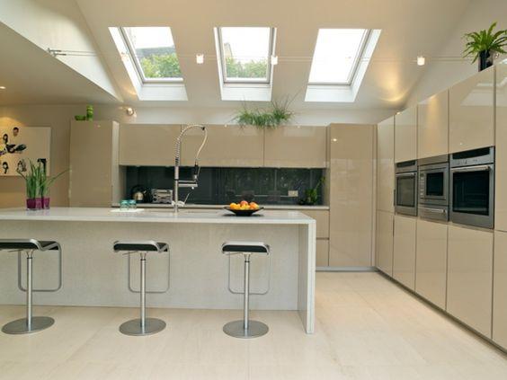 verriere de toit sur une cuisine moderne