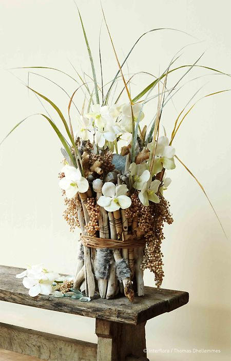 Flower centerpieces and composition on pinterest for Composition florale avec bois flotte
