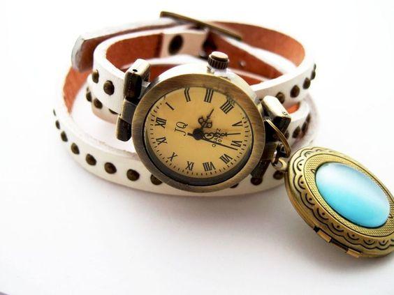 http://de.dawanda.com/product/45433026-Uhr-Wickelarmband-MEDAILLON    Die Uhr läßt sich 3mal ums Handgelenk umwickeln    Die Uhr ist eine Quarzuhr ...