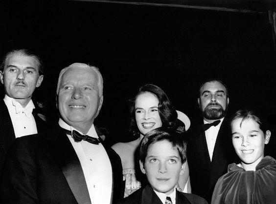 Charlie Chaplin accompagné de sa femme Oona O'Neill de leur fils Michael et une de leurs filles à l'occasion de la première mondiale du film 'Un roi...