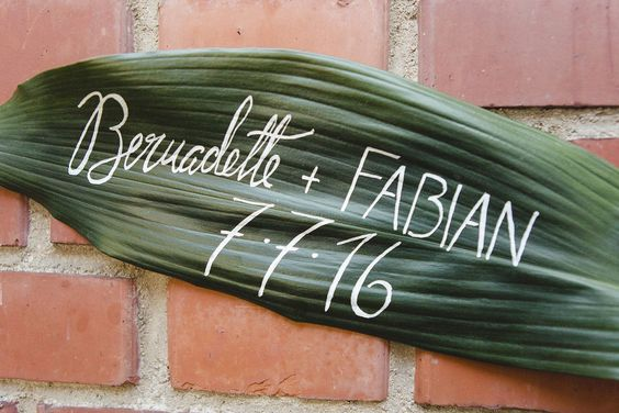 beschriftetes Blatt tropical leaf Hochzeitsschild Braut und Bräutigam frisch verheiratet just married