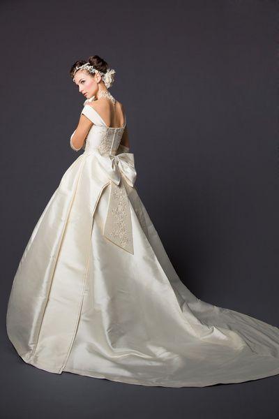 ブライダル工房 F.M.N イタリア製のミカドシルクをふんだんに使って贅沢なドレスです。