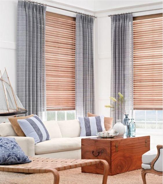 Persianas venecianas de madera combinadas con cortinas