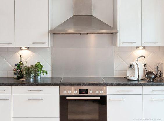 Küche weiss Hochglanz - Arbeitsplatte schwarz mineralfarbig ...