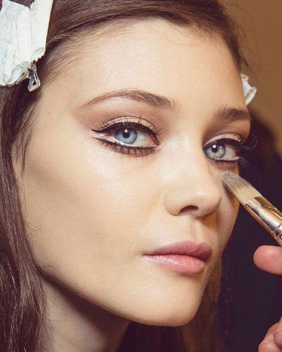 """""""O delineador duplo é ótimo para ressaltar a beleza dos olhos. O traço fino é mais delicado e romântico, finalize com um lápis branco para aumentar o…"""""""