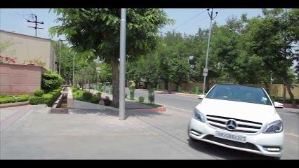 With the magnificent Taj Mahal as its background the sporty B-Class takes a tour of the capital in the latest travelogue from Zarul Shekhar. The #LuxuryTouringTrails could be your key to the new B-Class Diesel