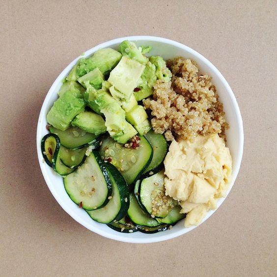 Yummy veggie bowl // Quinoa et graines de chanvre, houmous, courgette sautée au miel et sésame, avocat. /  Quinoa y semillas de cañamo, hummus, calabacín salteado con miel y sésamo, aguacate. #yummy #nourishmentbowl #veggie #dejeuner