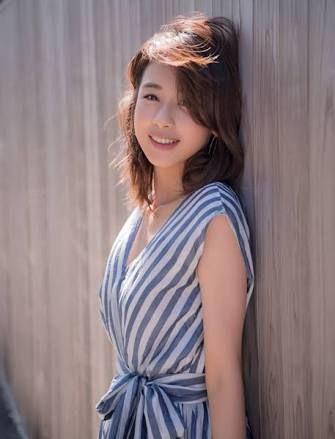 壁に寄りかかる加藤綾子
