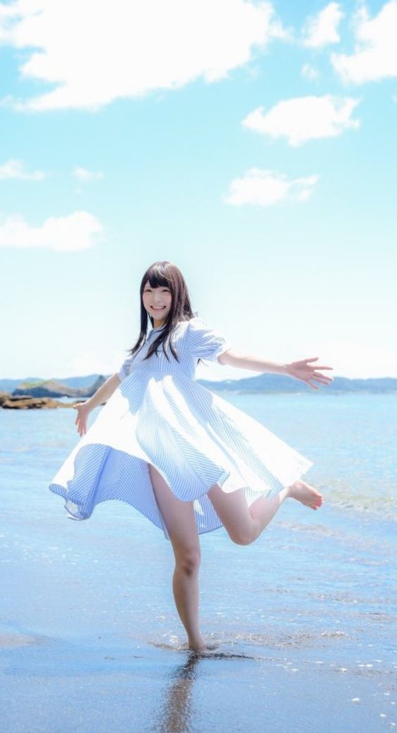 海と白いワンピースのかわいい石川恋