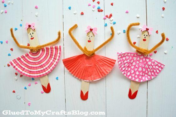 Popsicle Stick Ballerinas - Kid Craft, #knutselen, kinderen, basisschool, ballering van ijslollie stokje en cupcake papiertje, chenille armen, pijpenrager