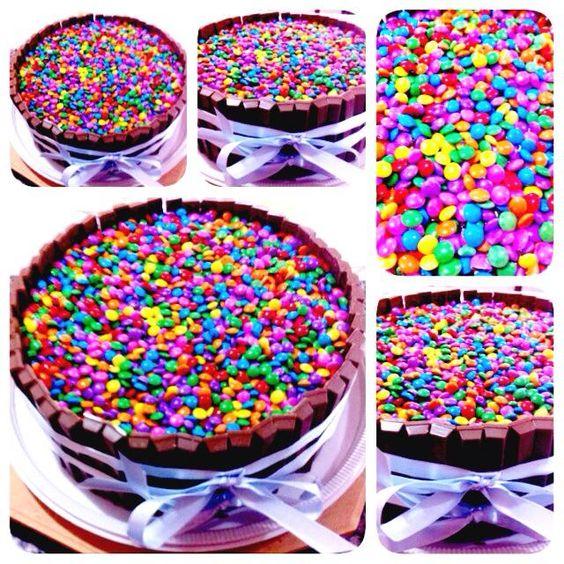 Bolo de m&m e kitkat! Esse formato de bolo ficou bem popular na internet e hoje é um dos mais pedidos!!