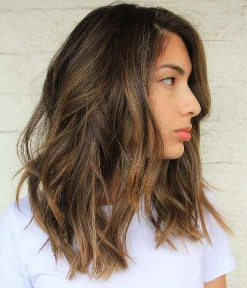 Medio largo pelo castaño oscuro con reflejos de color marrón claro