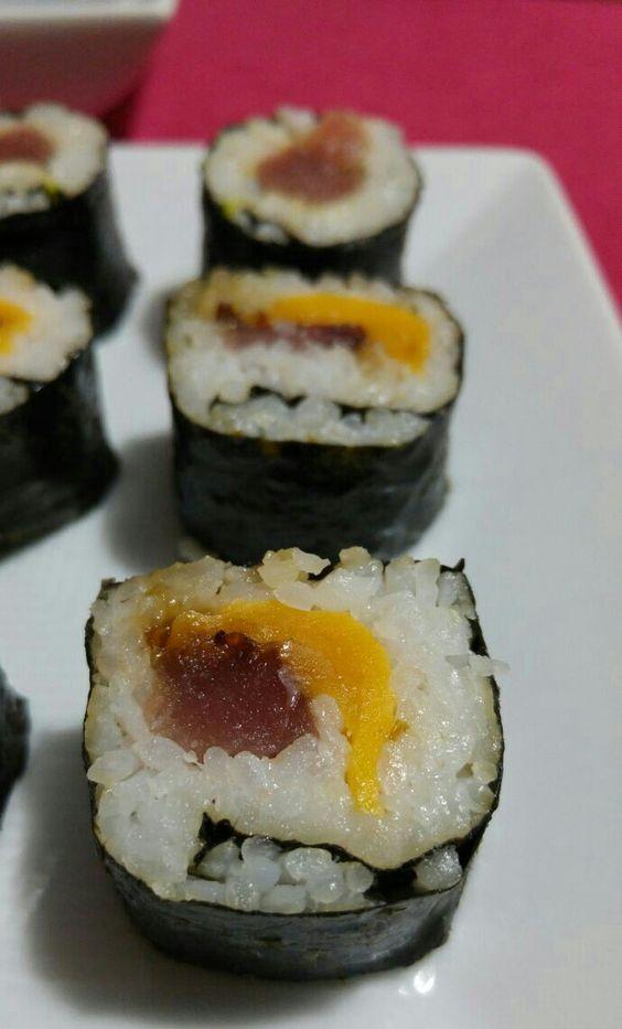 Maki de atún, queso cheddar y cebolla caramelizada