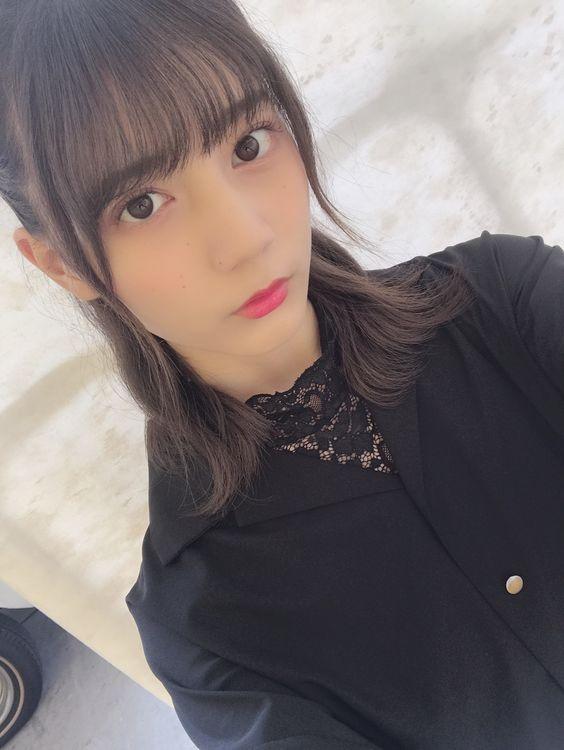 黒トップスの小坂菜緒