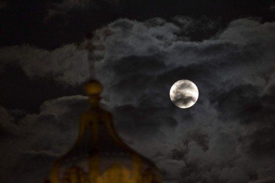 La Luna Llena desde el centro de Ciudad de Guatemala
