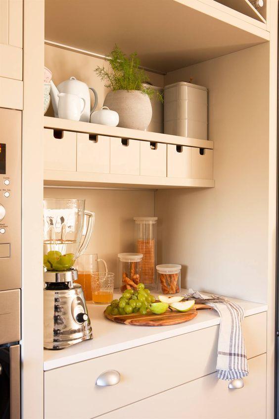 Zona de desayuno con pequeños electrodomésticos, botes de cocina - estantes para cocina