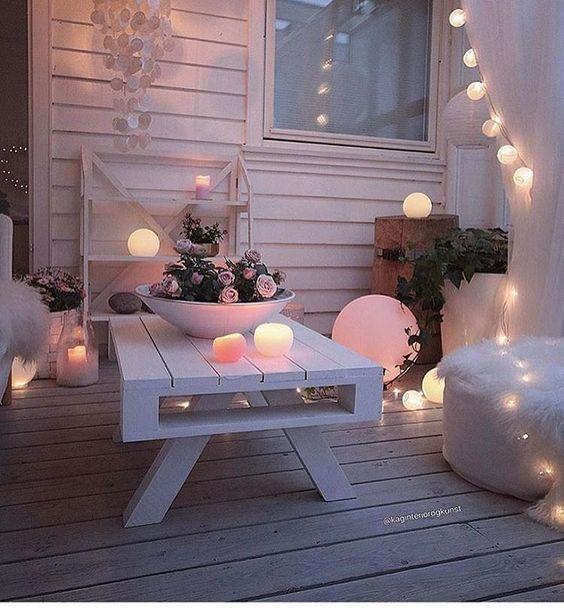 bel arrangement : guirlandes, table en palettes, peintes sobres, compo florale