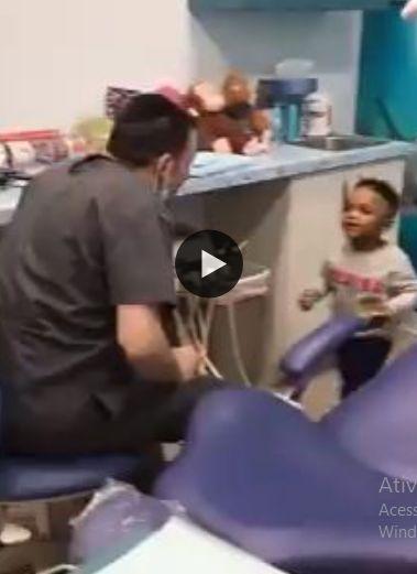 o dentista fazendo magicas com o menininho