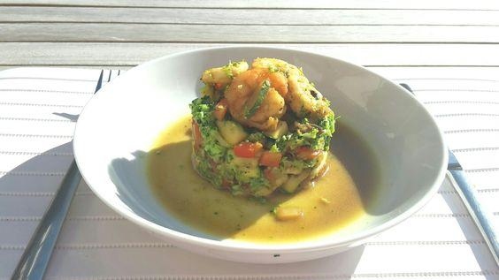 Broccolirijst met groenten en scampi met oosterse dressing: ajuin wokken  - groenten fijnsnijden en mee wokken (courgette, champignons, paprika, look) - scampi apart bakken - dressing van olijfolie, beetje sojasaus, oosterse wokkruiden (komijn, koriander, gemberpoeder, cayennepeper, kurkuma) en pezo bij. Broccoliroosjes in blender tot 'rijstkorrels'. Alles samenvoegen en smakelijk!
